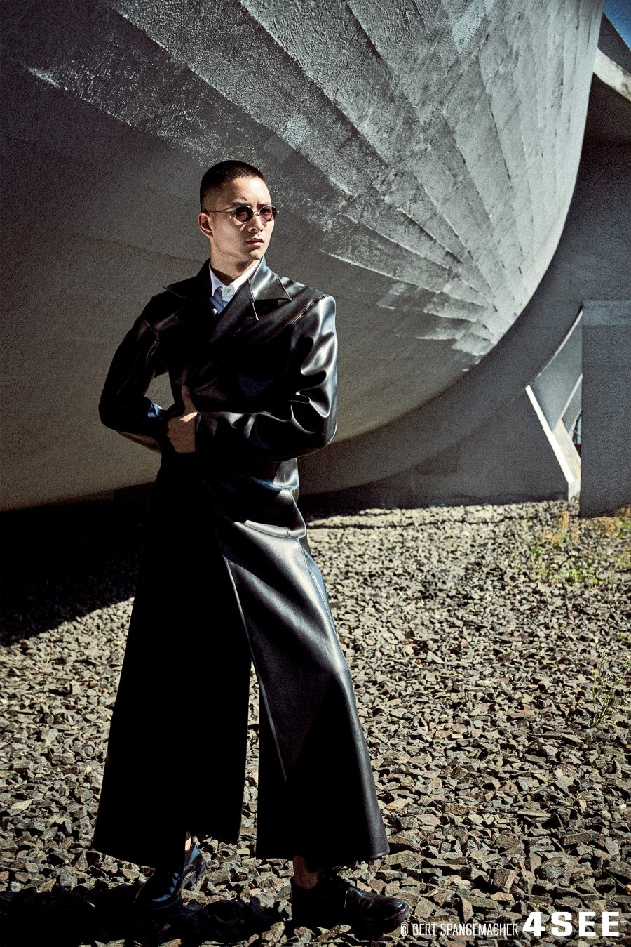 Sonnenbrille von YUICHI TOYAMA WASSILY Mantel privat, Hemd von RAF by Raf  Simons, Hose