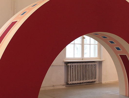 Artwork and Photography by Emily Thomas // Project supported by European Cultural Foundation and Compagnia di San Paolo // Hufeisen (2019) // Glogauair Open Studios, Berlin // Emulsion paint on MDF // 200 x 400 x 70cm